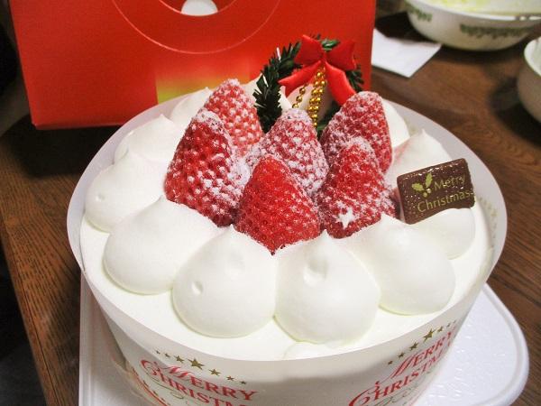 ケーキも買いました〜♪ ヤマザキ苺デコレーションケーキ(5号)