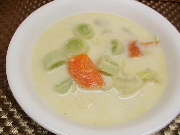 ヒガシマルのちゃんぽんうどんスープを使ったミルクスープ。