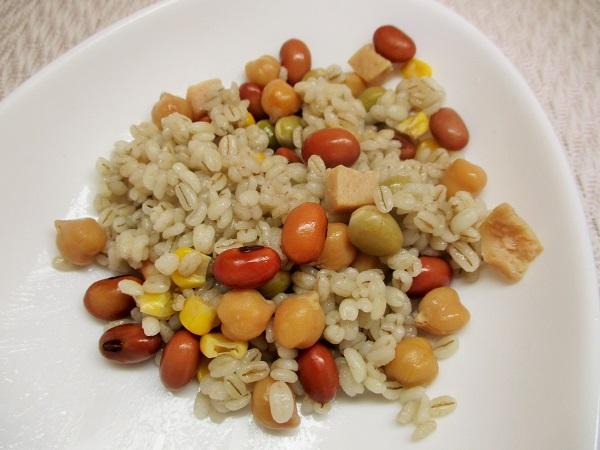 コーンとサラダチキンの蒸しサラダ豆と蒸しもち麦をミックス。
