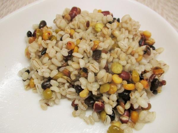 蒸しもち麦と10種の麦ミックス(豆と穀物)を混ぜました。