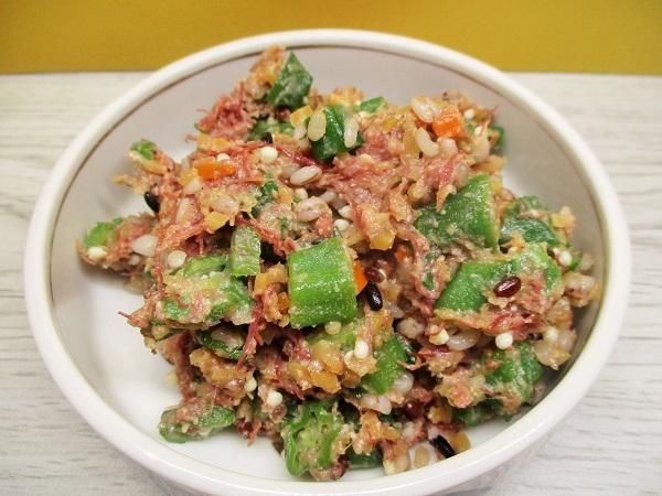 ニューコンミートとオクラ、5種の穀物のサラダ。