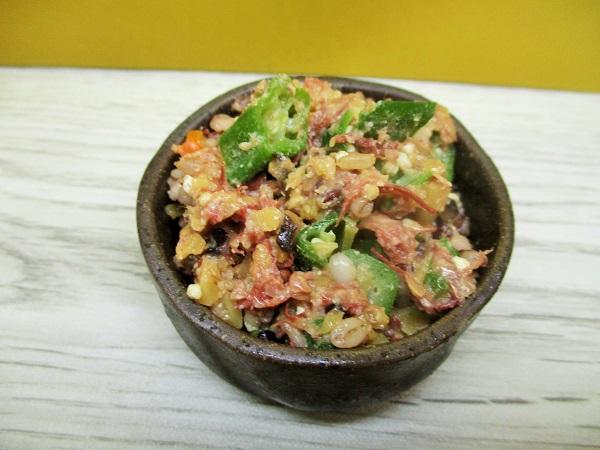ニューコンミートとオクラ、5種の穀物のサラダ