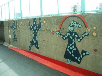 六軒家川堤防壁画