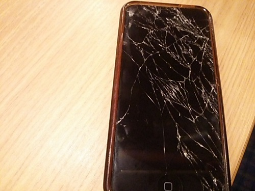 iPhoneが手からするっと落下しまして… 画面が木っ端みじんになりました… (T△T)