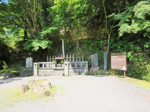 頼朝暗殺の後に決起した家臣13名のお墓。