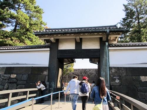 北桔橋門(キタハネバシモン)から皇居東御苑に向かいます。