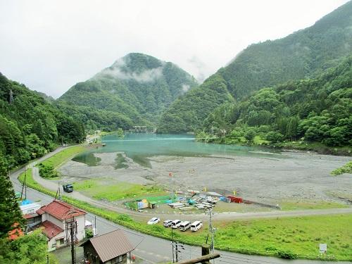 向こうに見えるは… 奈良田湖。 西山ダムによって出現した人造湖です。