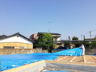 土台施工を終え、棟梁が丁寧に養生します。木曾ひのきの家.jpg
