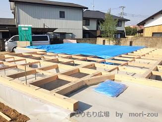 木曾ひのき、無垢4寸角の土台施工が完了し、ブルーシートで完全に養生をおこないます。.jpg