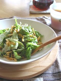 レタスとポテトチップスのサラダ