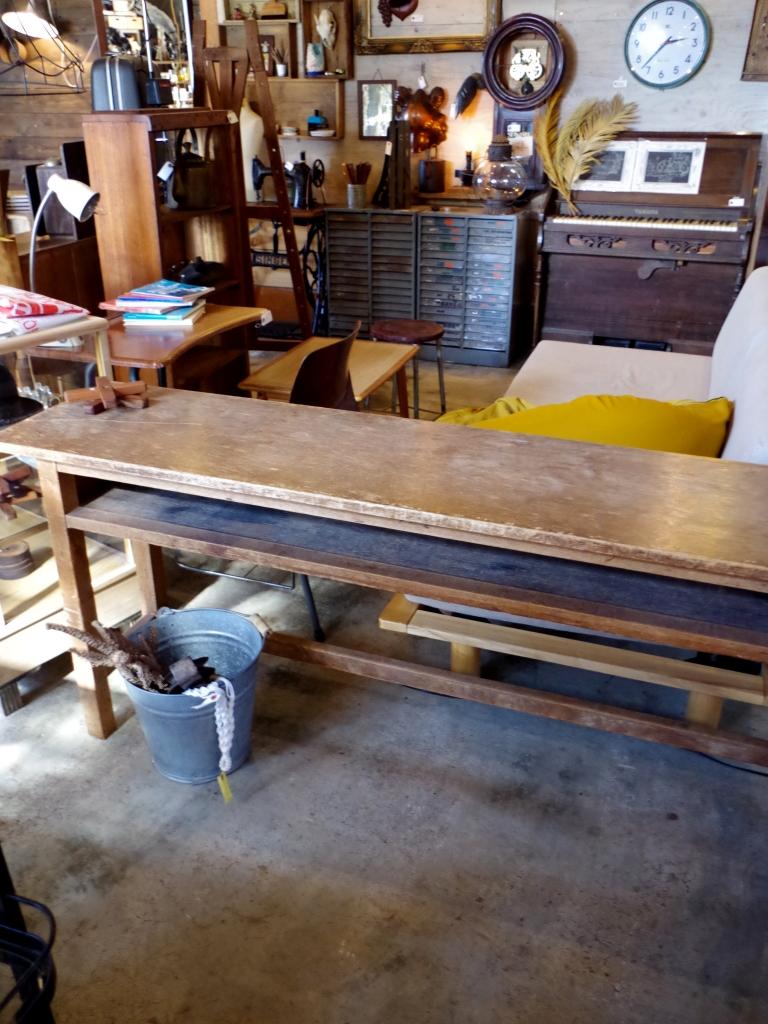 古い木の長机