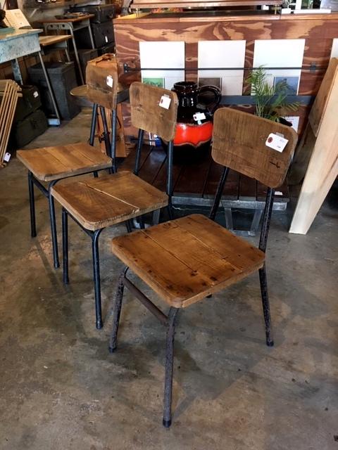木と鉄の椅子