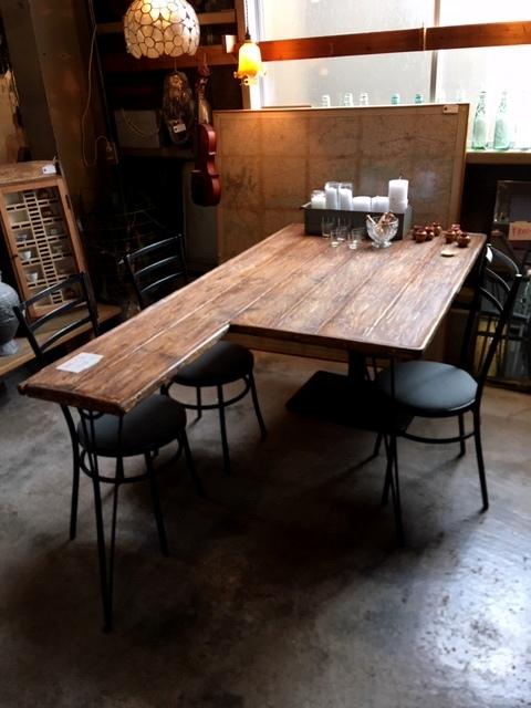 三つ脚のテーブル