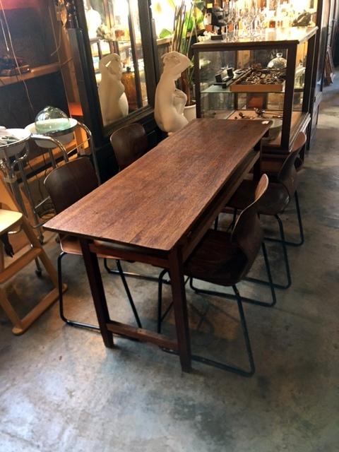 細い木の机