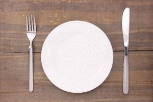 ナイフ フォーク お皿 木のテーブル