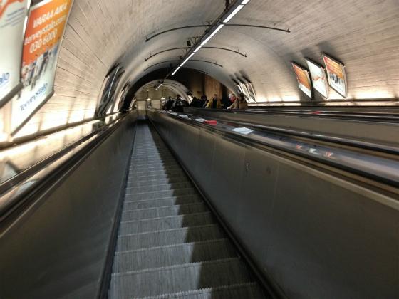 吸い込まれそうなヘルシンキ地下鉄のエスカレーター