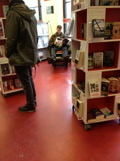Posti2階の本屋、マッサージチェアでくつろぐ人
