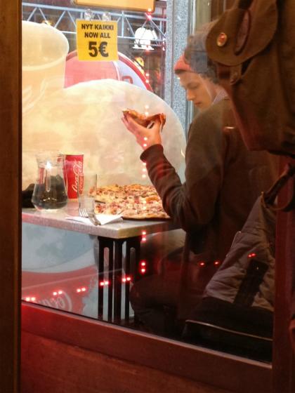 ヘルシンキのピザは超特大