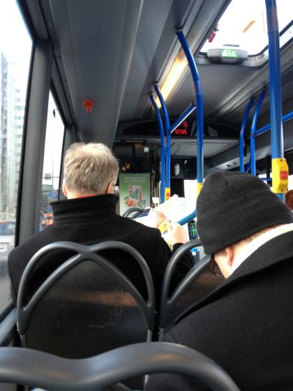 エスポー行のバス車内