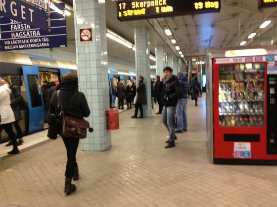 ヒュートリエット駅で地下鉄に乗り込む