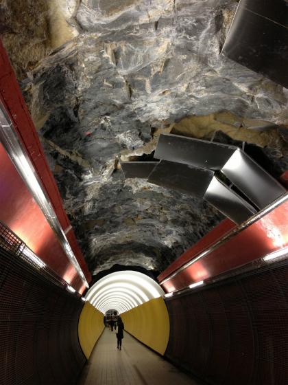 岩肌がむき出しなストックホルムのトンネル通路