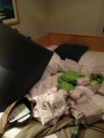 ストックホルムの買付品をベッドに広げる