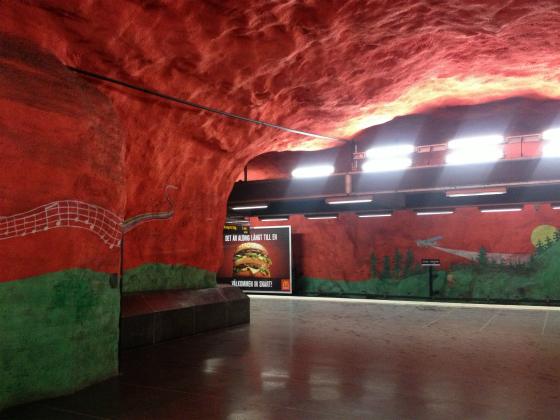 赤と緑で塗られたストックホルムの地下鉄の駅