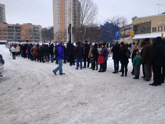フリーマーケットの入場列は300人ほどに。