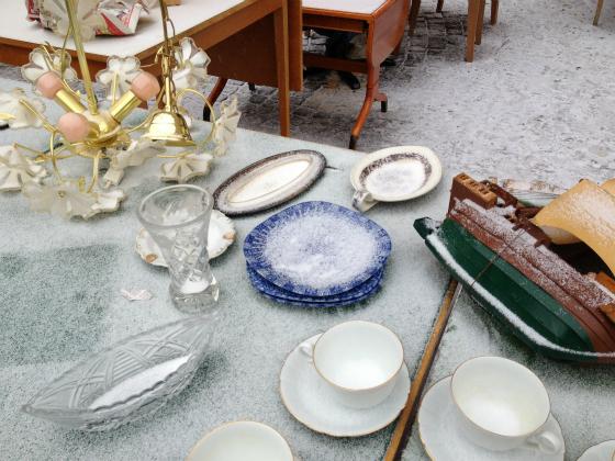 お皿に雪が積もっています。