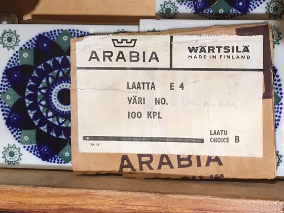 アラビア社のタイル、1970年代のロゴが箱に付いていました。