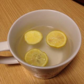 1、輪切りの柚子にお湯を注いで数分待つ。