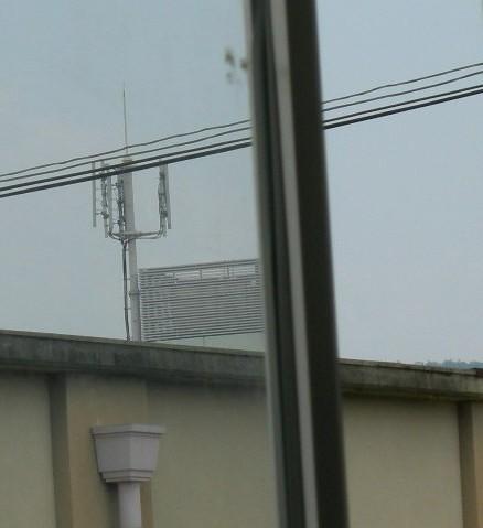校舎の窓から見える基地局