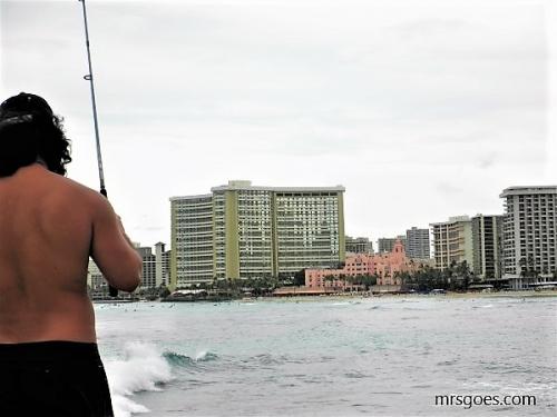 カパフル埠頭で釣りをする人も