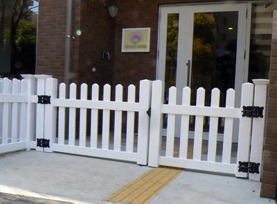 バイナルフェンスのゲート