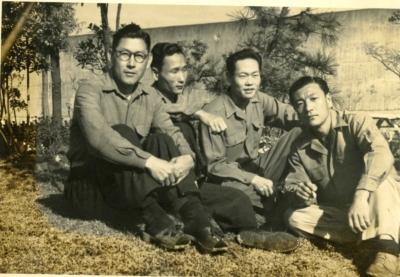 6 スガモプリズン 1952年 仲間と.jpg