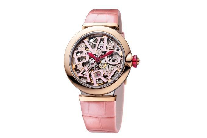9daa509fcb ピンクゴールド製ベゼルをあしらったウォッチのダイヤルには、桜色のラッカーで表現されたブランドロゴを配置。その周りには、煌めくダイヤモンドを飾った桜のモチーフ  ...