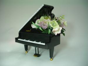 黒いピアノとフラワーアレンジ