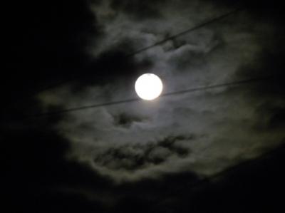 満月のお月様があまりに素敵だったので、雲の合間に撮ってみました。
