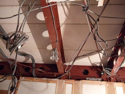 天井のはりとか。配線が見えておもしろい〜