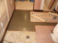 洗面所側からトイレ方向の床を見る