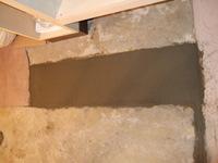 洗面台前の床、コルク張り前に床レベルを均一にしてる、のだと思われます