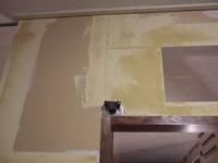洗面所ドア上部、壁紙を貼る下準備