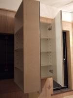 窓のない側の鏡の裏はふつうの収納棚です