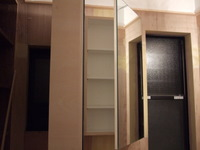 鏡裏の窓が以前のトイレ窓、右側の窓は以前の洗面所窓です
