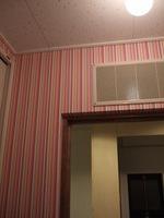洗面所入り口ドア周りの壁紙はストライプ