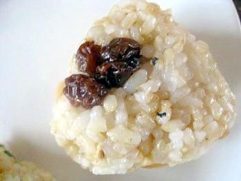 小松菜玄米おにぎりナッツレーズン2