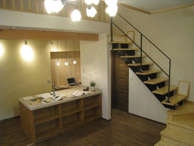 キッチン&スチール階段1.jpg