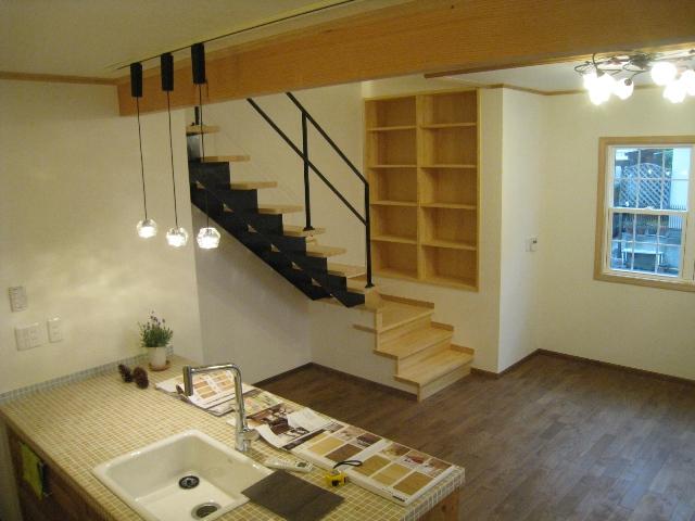 キッチン&スチール階段2.jpg