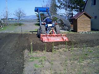 トラクターで耕される畑