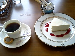 珈琲時音・深煎りコーヒーとレアチーズケーキ